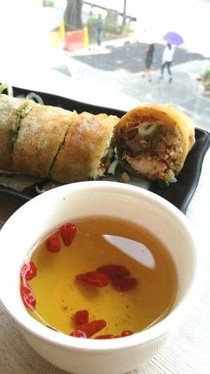 The photoshop trainer said to eat something good for our eyes during lunch as it will be tough going after, so I am gaving a cup of Chrysanthemum Tea with Wolfberry Lunchtime Popiah Foodphotography On Course Singapore