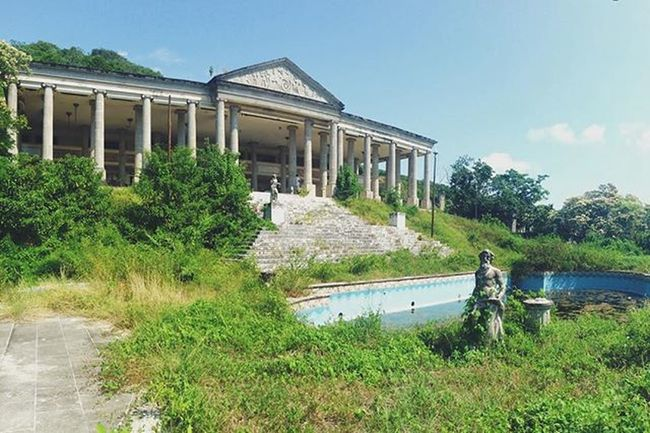 They call it the Parthenon. Completely abandoned. The rooms and walls are all amazing- and only cost us 50 pesos and a coke. Travel Mexico Zihuatanejo Ruins Abandoned Urbanexploration VSCO Vscotravels Vscomexico