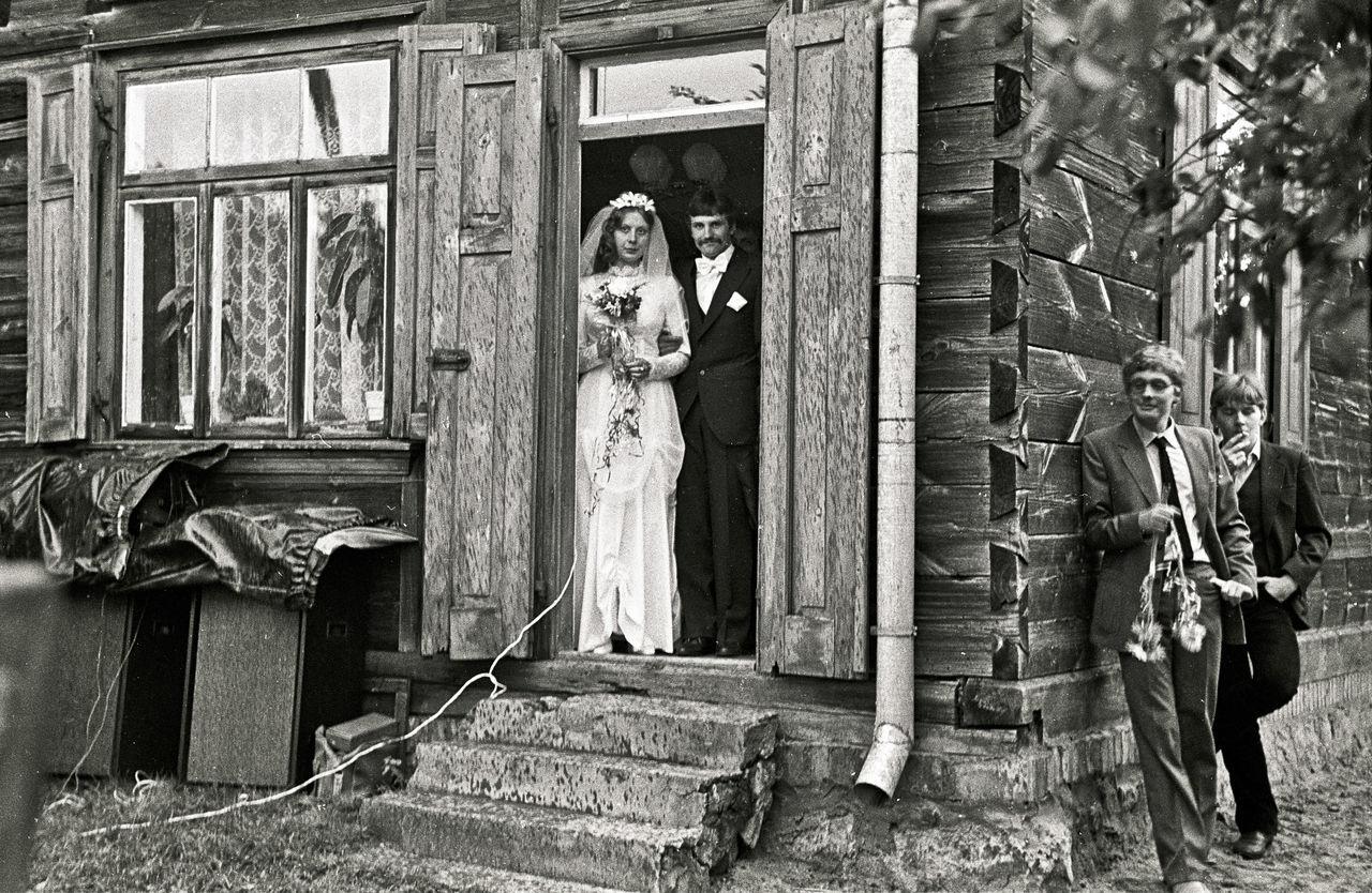 Bride Bride And Groom Door Groomsman Outdoors Rain Wedding Wedding Day Wedding Dress The Photojournalist - 2017 EyeEm Awards