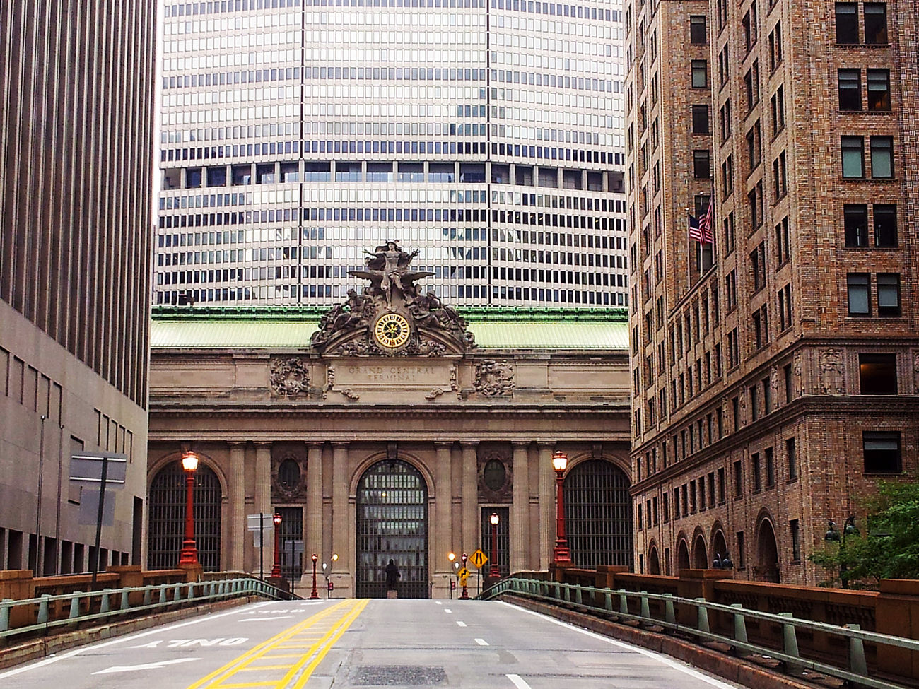 Exterior of Grandcentral Terminal old entrance on Parkavenue viaduct, New York City . This Landmark is the largest Train Station In the world with more than 44 platforms and 67 tracks. NYC Architecture Big Apple Manhattan USA Travel Historical Midtown Facades Transportation Avengers America Railway Famous Vacation Holidays Bridge Viaduct