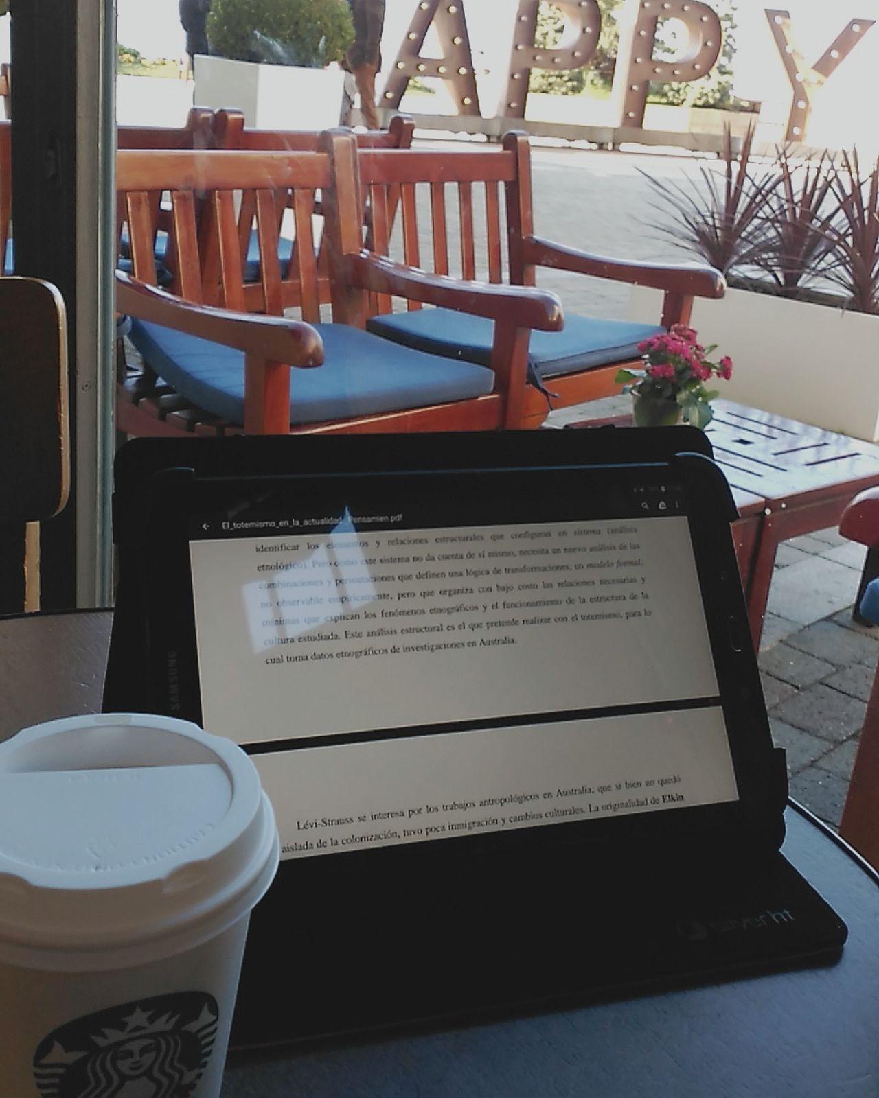 Tras el arbusto hay una «H», aunque con la semanita que llevo, poca felicidad y demasiada ansiedad. Happy Starbucks Coffee Studying Hard