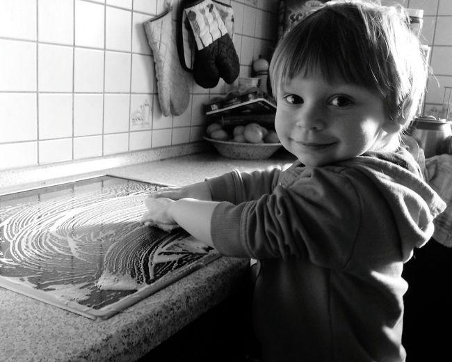 New Years Resolutions 2016 Frühjahrsputz Putzen Putzig Sauber Saubermachen Sauberkeit CleanAlles Sauber Cleaning Kinder Kind Kinderarbeit Kitchen Küche Schwarzweiß Schwarz & Weiß Lächeln Lächeln! Bitte Lächeln Children Child Childrenphoto Children Photography Children's Portraits