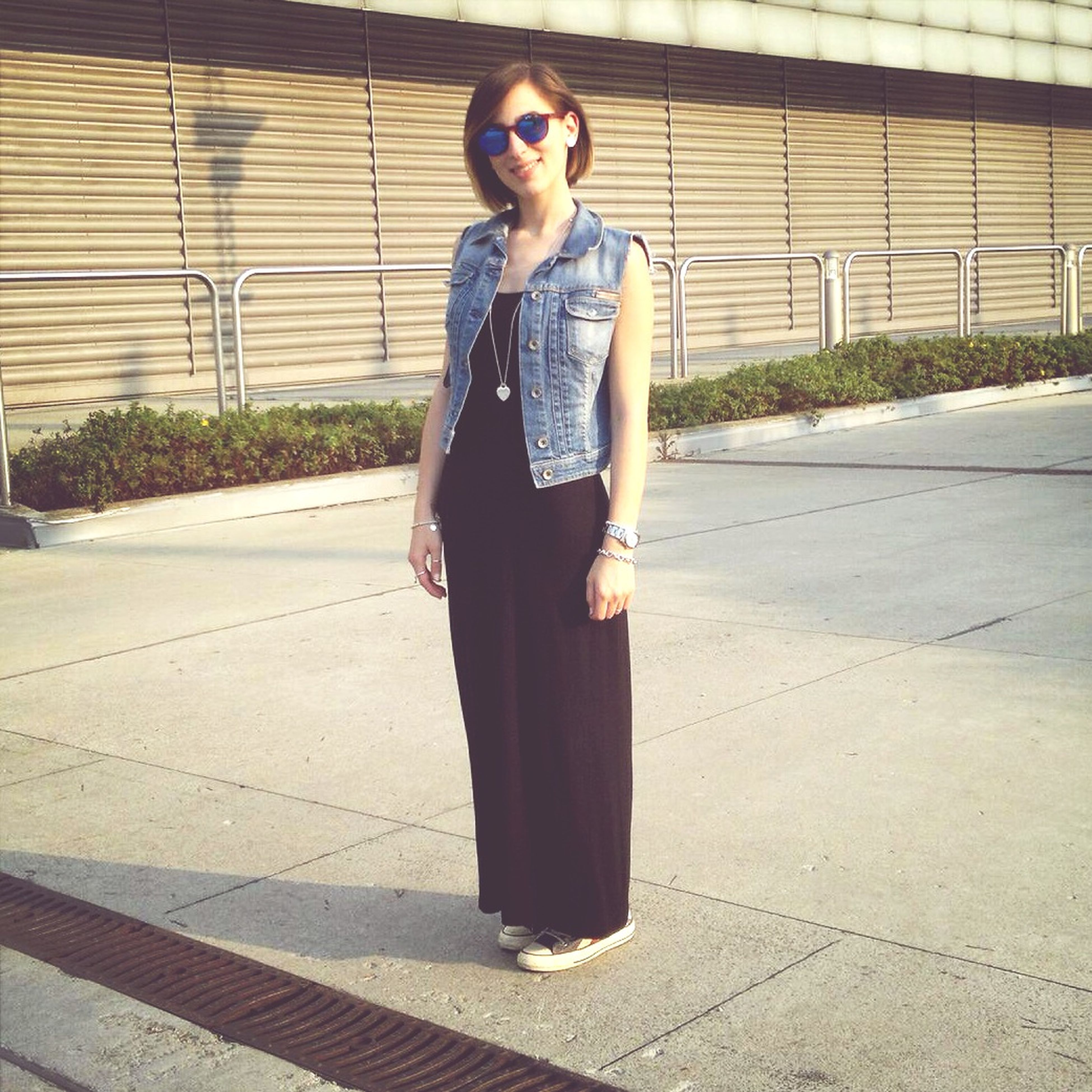 young adult, person, front view, casual clothing, young women, standing, looking at camera, portrait, lifestyles, full length, leisure activity, fashion, fashionable, smiling, sunglasses, confidence, brick wall