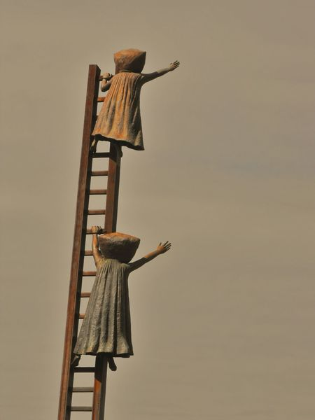 Dos niñas tratando de alcanzar el cielo, escultura en Puerto Vallarta, Jalisco Mexico (Two children trying to reach heaven, sculpture at Puerto Vallarta, Jalisco Mexico). No People Day Mexico Travel Mexico Sculpture Best EyeEm Shot First Eyeem Photo Fragility Best Of EyeEm Best Eyem Photo Close-up Children Nostalgy