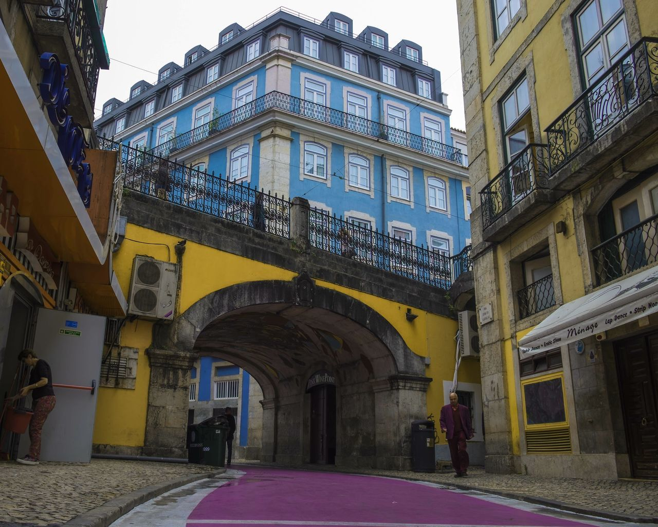 Street Streetphotography Colors Arch Downtown City Eyeemportugal EyeEmNewHere Pink History Taking Photos Old Architecture FUJIFILM X-T10 The Great Outdoors - 2017 EyeEm Awards The Street Photographer - 2017 EyeEm Awards