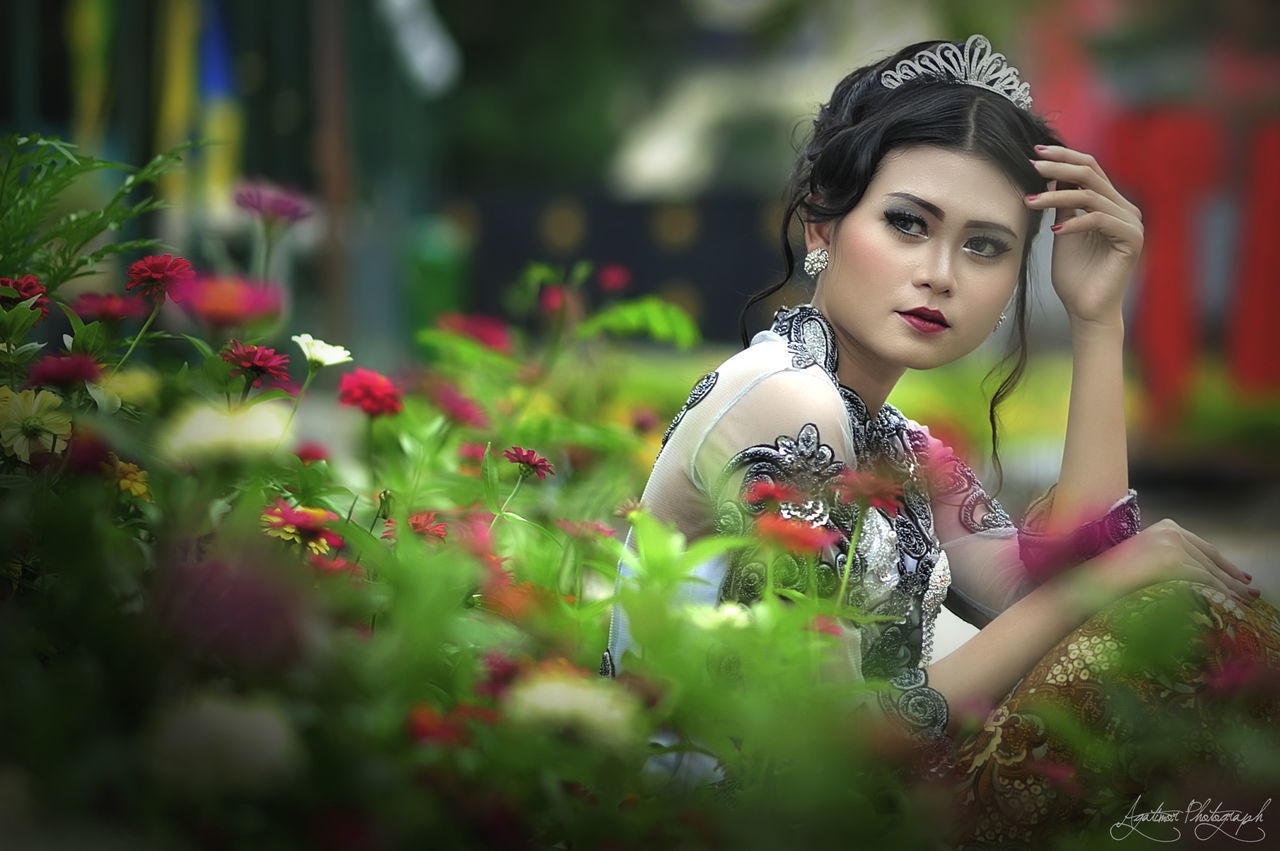 fashion, beautiful woman, young adult, one person, outdoors, selective focus, flower, young women, day, beauty, nature, people