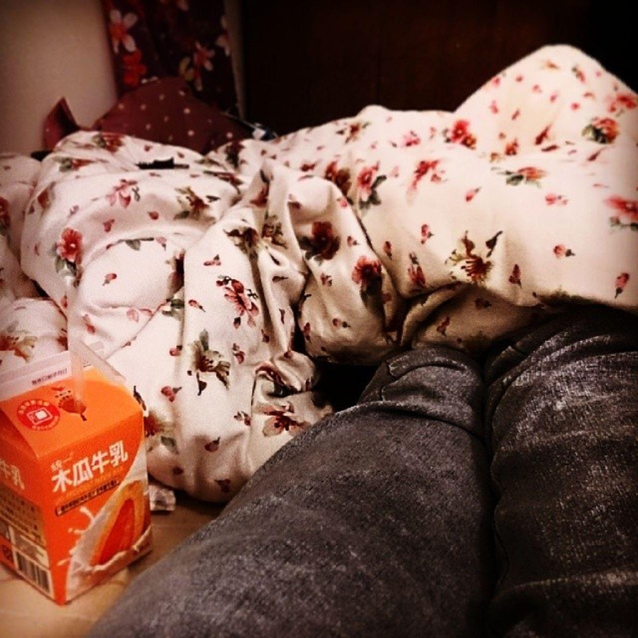 奇怪白天不夠累嗎剩我醒著*//這天氣這時間蠻適合蓋棉被聊天*//喝飽撐著躺下又睡不著