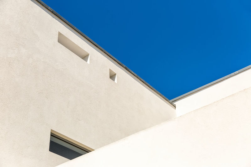 Striking Architectural Corner detail of modern white rendered building with clear blue sky Abstract Abstract Photography Architectural Detail Architecture Architecture Architecturelovers Artt Blue Building Exterior Built Structure Clear Sky Day Looking Low Angle View Minimal Minimalism Minimalist Architecture No People Outdoors Whitewashed