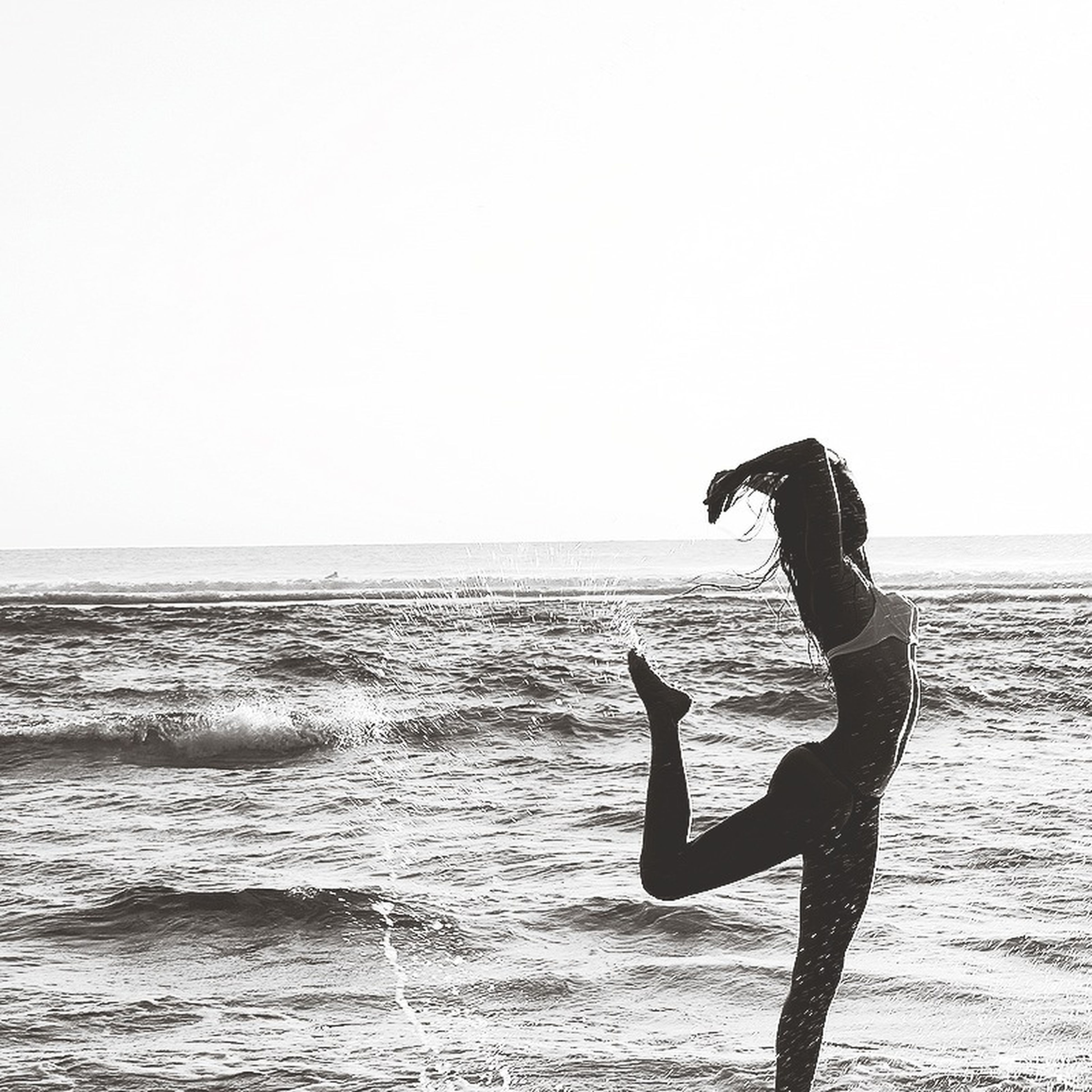sea, horizon over water, water, clear sky, copy space, beach, leisure activity, lifestyles, full length, shore, standing, scenics, tranquil scene, silhouette, tranquility, beauty in nature, nature, wave