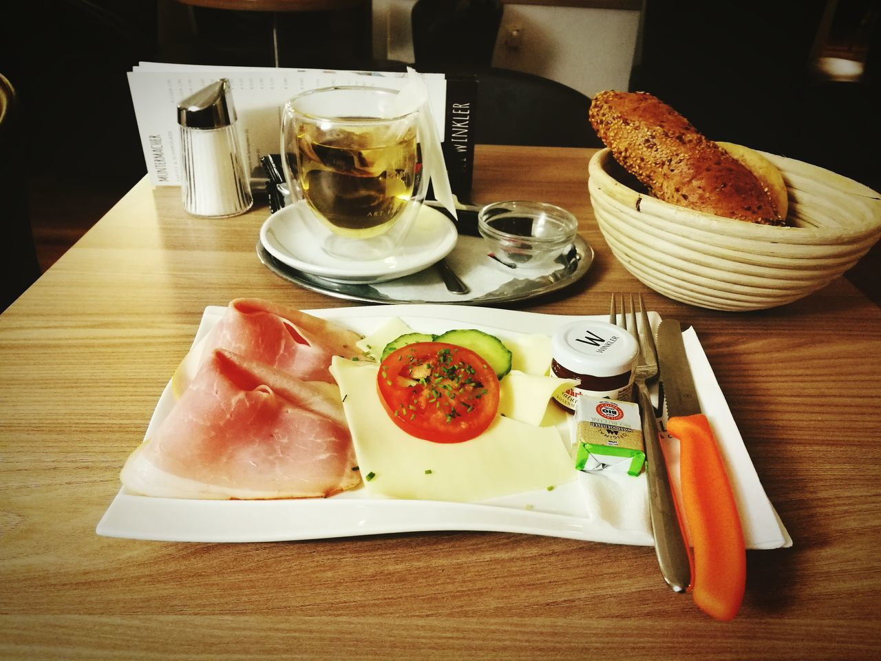 ein guter Start in den Morgen.Breakfast Morning Ready-to-eat Bread Tee Tomato Ham Knife