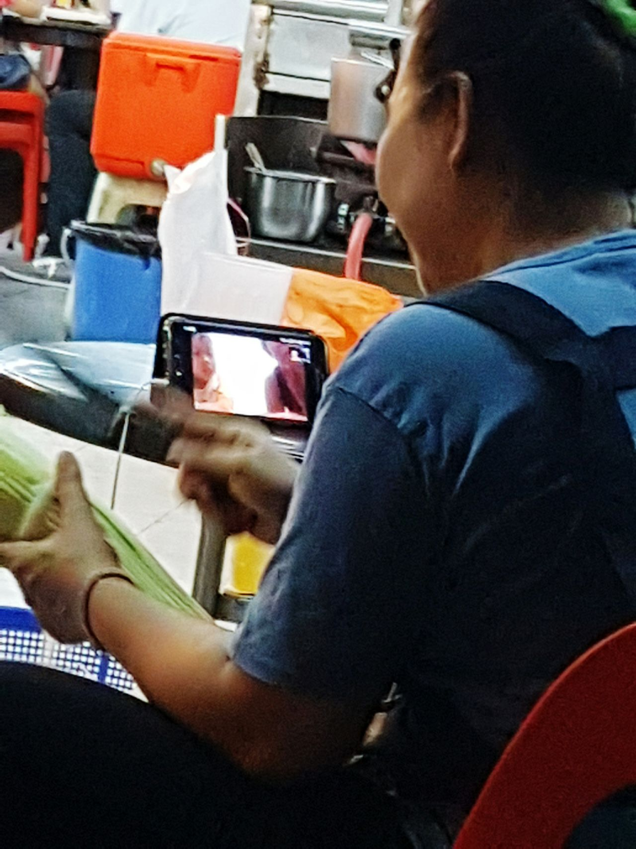 Like she was cooking in her own kitchen back in Thailand while spending time with her son Rear View Connection Hawkerfood Hawker Centre Hawkers Market Hawker Foodstall Food Photography Handphone