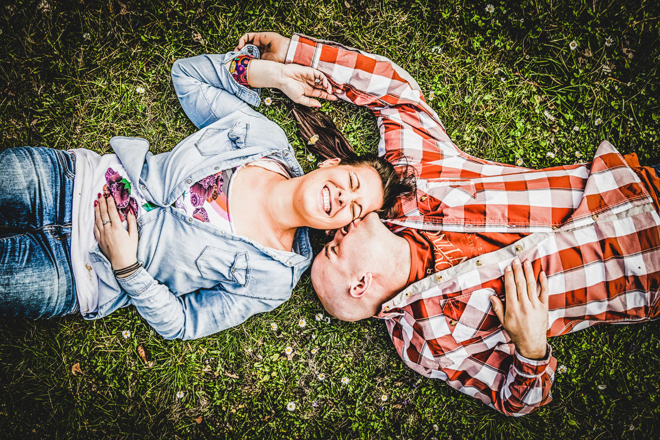 boy kiss girl Austria Boy Couple Fun Girl Grass Grassy Junge Kiss Leisure Activity Liebe Liegen  Love Lying Down Mädchen Natur Nature Outdoors Paar Portrait Relaxation Schallaburg Ultralicht Ultralicht Fotografie Von Oben