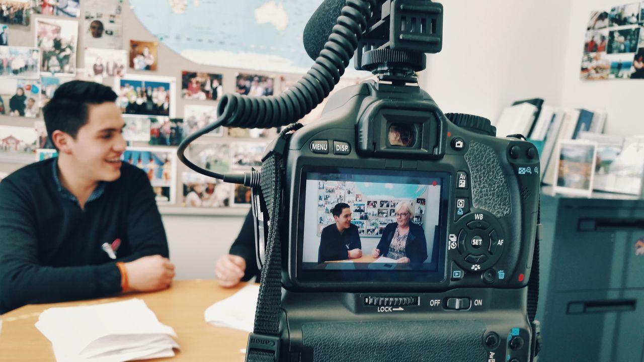 Recording a documentary. (Grabando un documental.) Camera Documentary Technology Talking People Depht Of Field Education Cámara Documental Tecnologia Conversación Gente Profundidad De Campo Educación