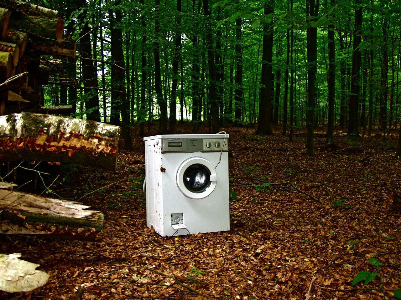Defekte Waschmaschine wurde im Wald entsorgt Abgestellt Abgestellte Abstellen Blätter Defekt Entsorgt Forest Geworfen Herbst In Die Landschaft Kaputt Müll Müllentsorgung Müllkippe Tree Umwelt Umweltschutz Umweltsünden Umweltverschmutzung Wald Waldweg Waschmaschine Weggeworfen Werfen Wilde Kippe