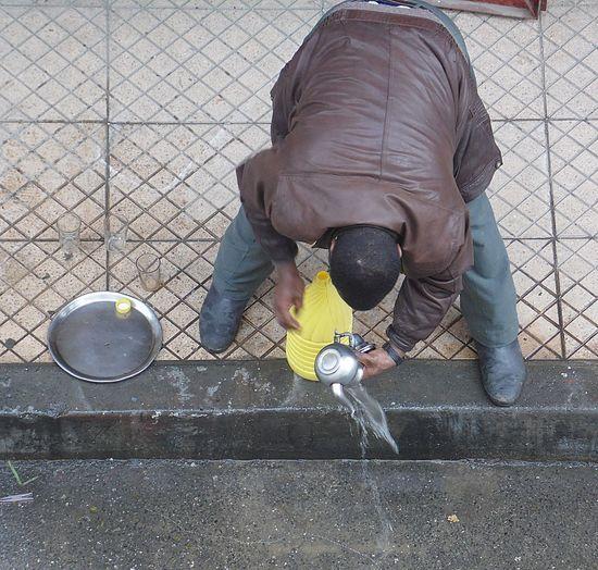 Adult Adults Only Carreaux City Cuir Day Eau Maron One Person Outdoors People Théière Trotoir Ver Veste