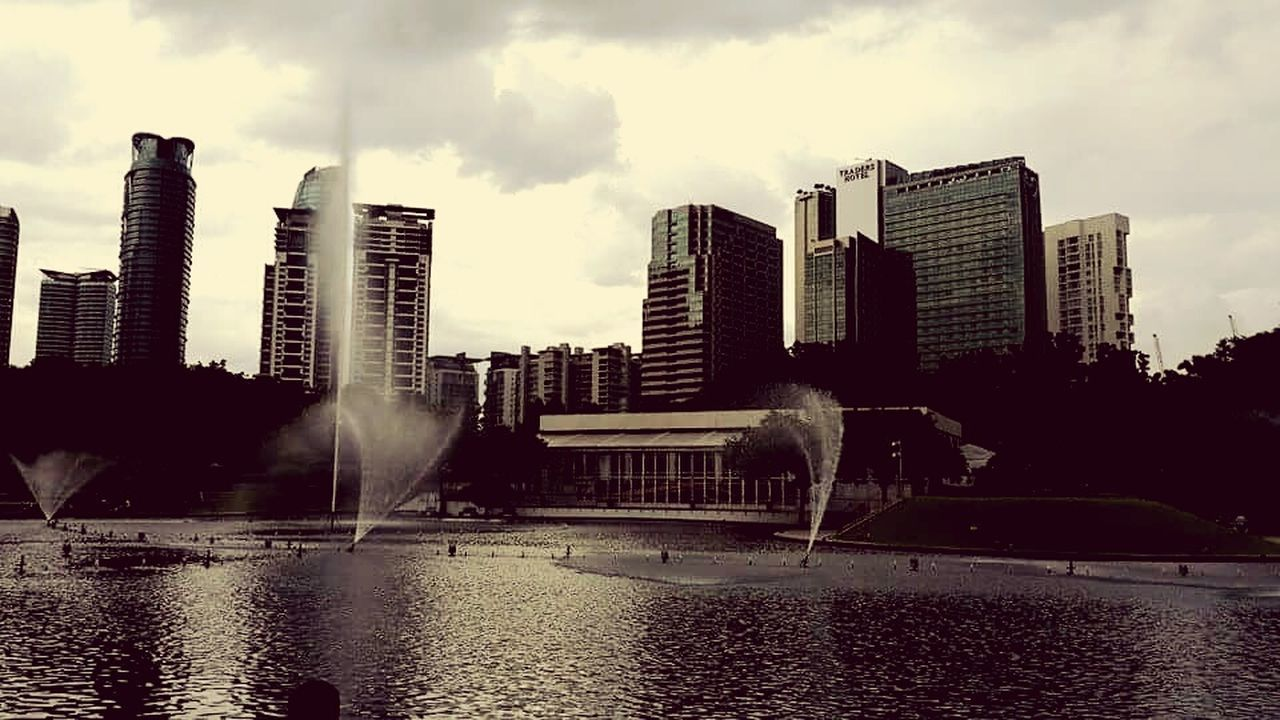 architecture, building exterior, water, built structure, skyscraper, city, modern, sky, waterfront, outdoors, river, cityscape, cloud - sky, no people, day, urban skyline