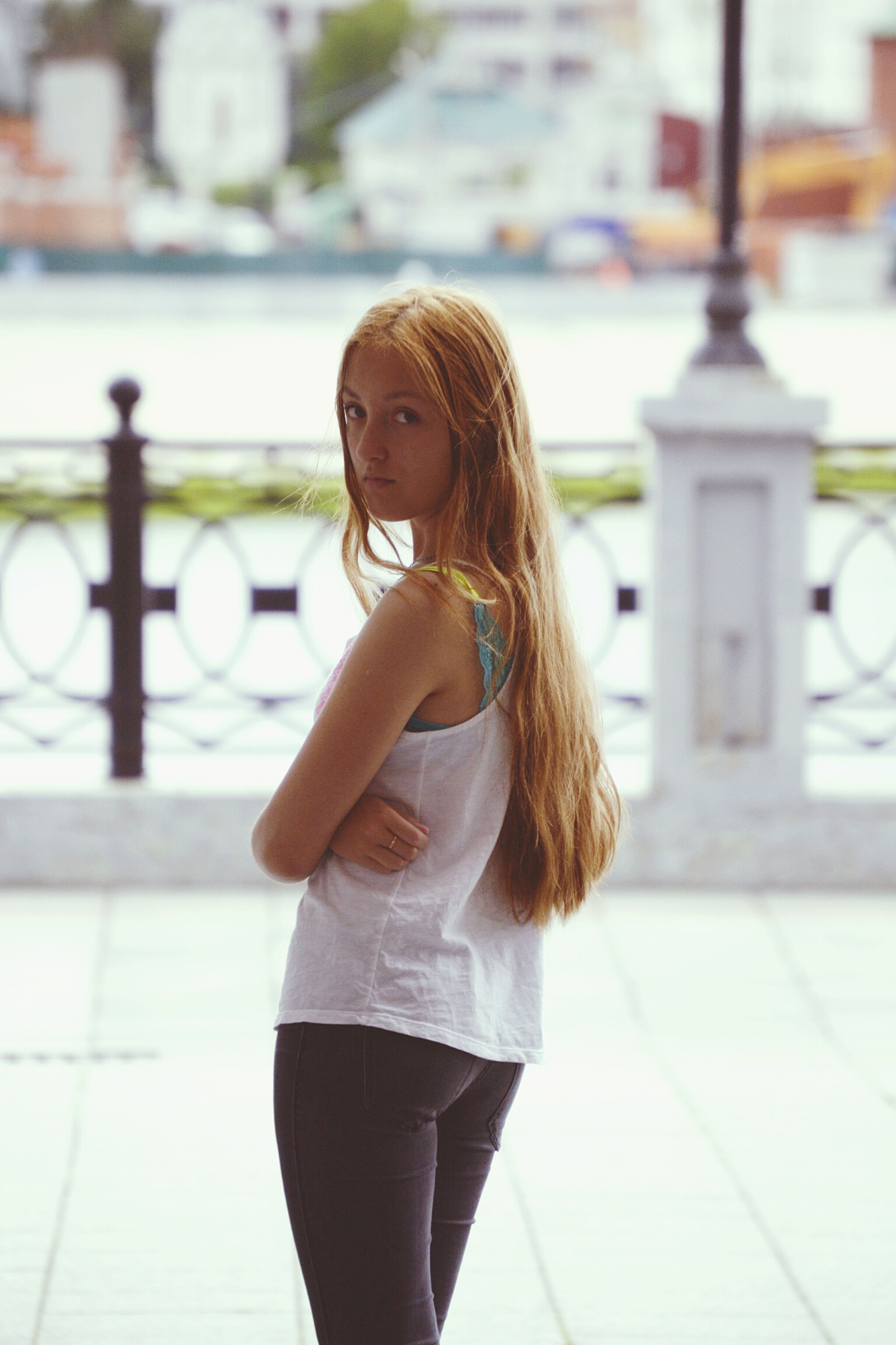 focus on foreground, lifestyles, long hair, young women, young adult, person, leisure activity, standing, casual clothing, brown hair, waist up, three quarter length, side view, blond hair, looking away, front view, medium-length hair