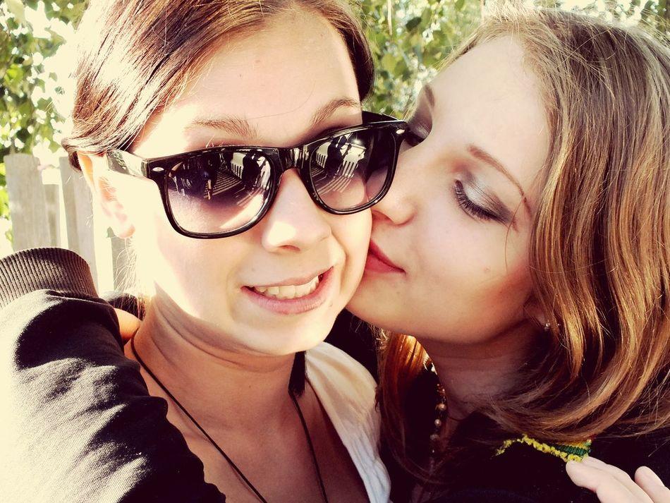 Цените подруг. Истинные подруги - это те, кто знают, что такое преданность, забота и капелька безбашенности ;) ( женская дружба существует, да-да)
