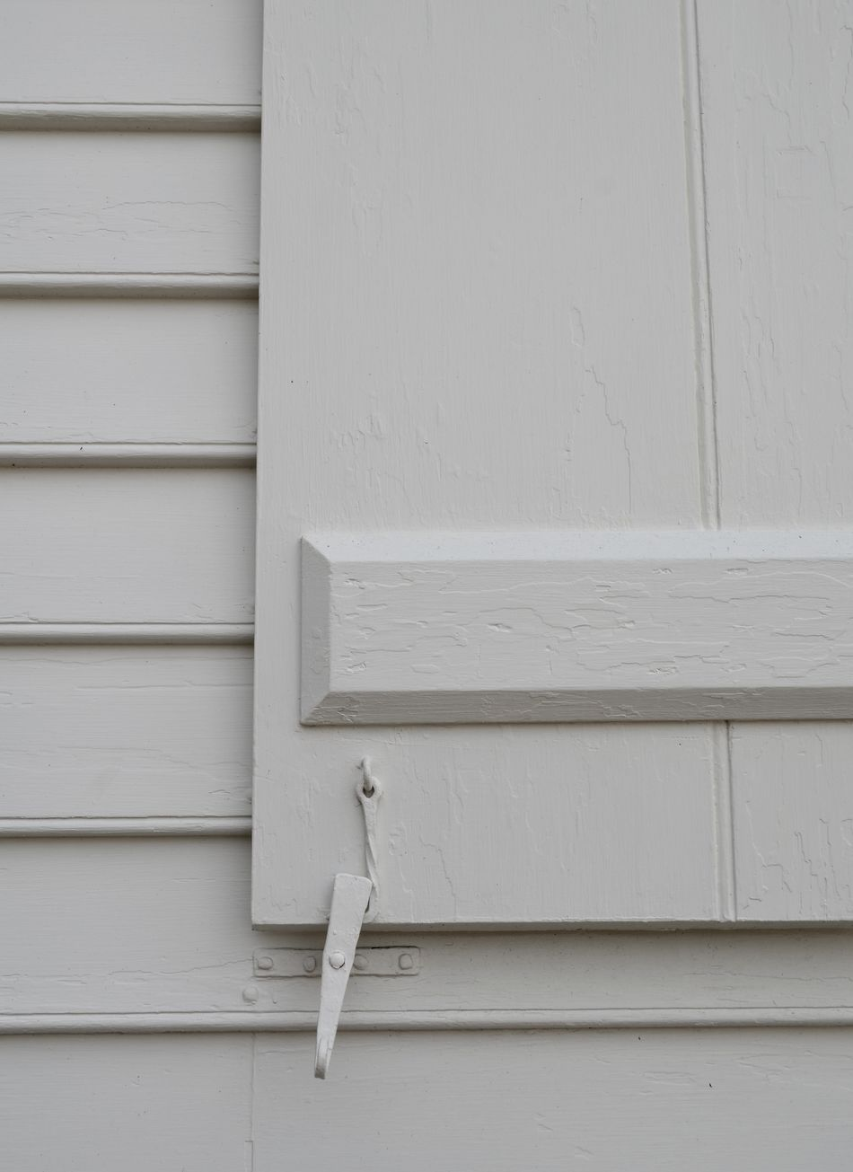 White on white shutter on building Architecture Close-up Day No People Outdoors Pjpink Shutter Shutter Dog White Color White On White Wooden Art Is Everywhere
