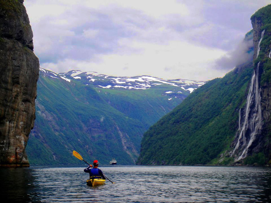 Fiordo de Geiranger (Noruega) Adventure Beauty In Nature Fjord Geirangerfjord Kayaking Kayaking In Nature Lifestyles Mountain Nature Noruega Norway Piragua Water Market Reviewers' Top Picks FreeTime