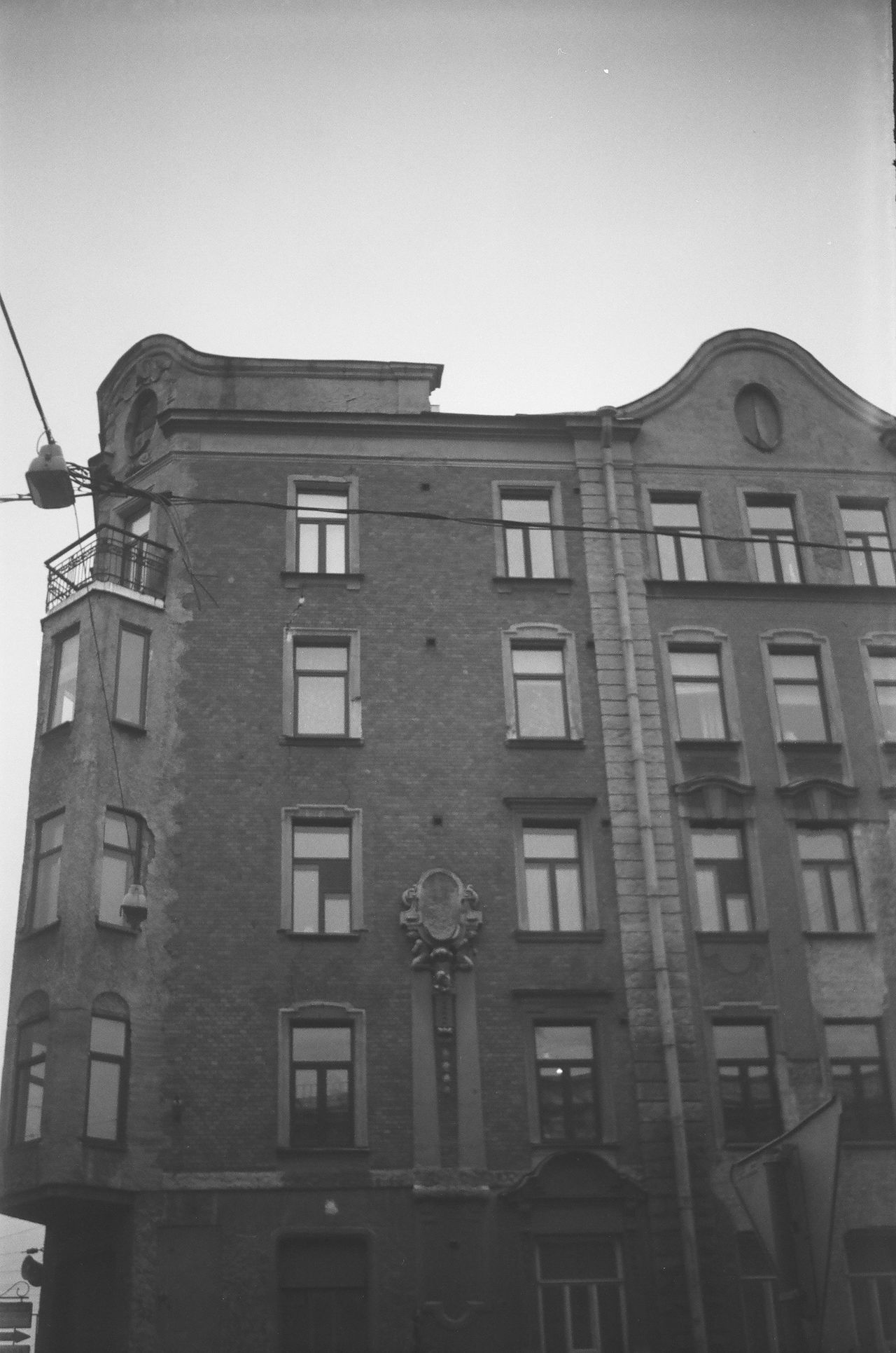 Built Structure Architecture Building Exterior Window Streets Monochrome Photgraphy Saintpetersburg FiftyShadesOfGrey Blackandwhite Monochrome Doublecolors 50shadesofgrey Facades Black And White Grayscale Bandw Slide Anticolors Fiftyshades Shadow No People Cable Tower Façade In Front Of