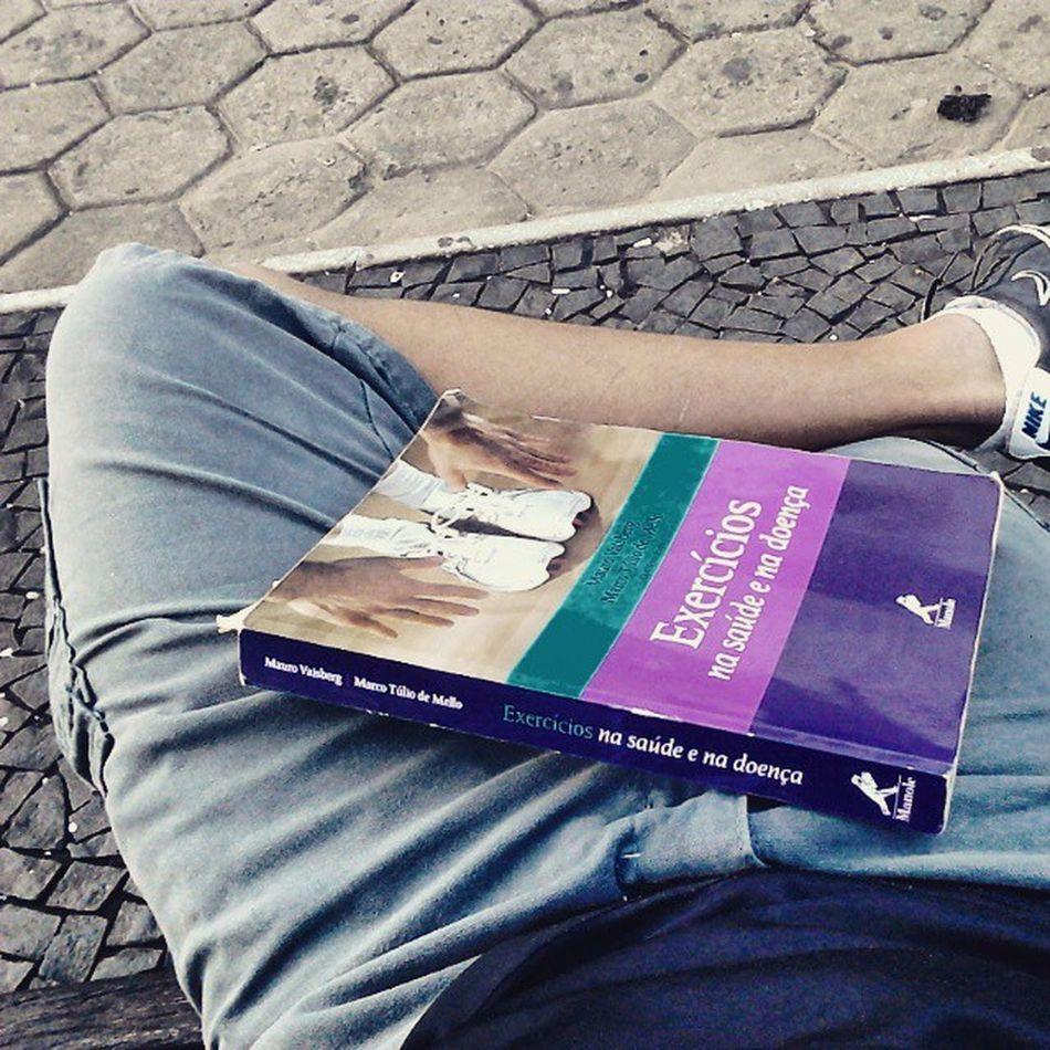 Estudos comprovam que apoiar o livro nas pernas e ficar no Instagran não te faz ficar mais inteligente. PragadeVicio SaiDoInsta Estudar  FaculJaJa