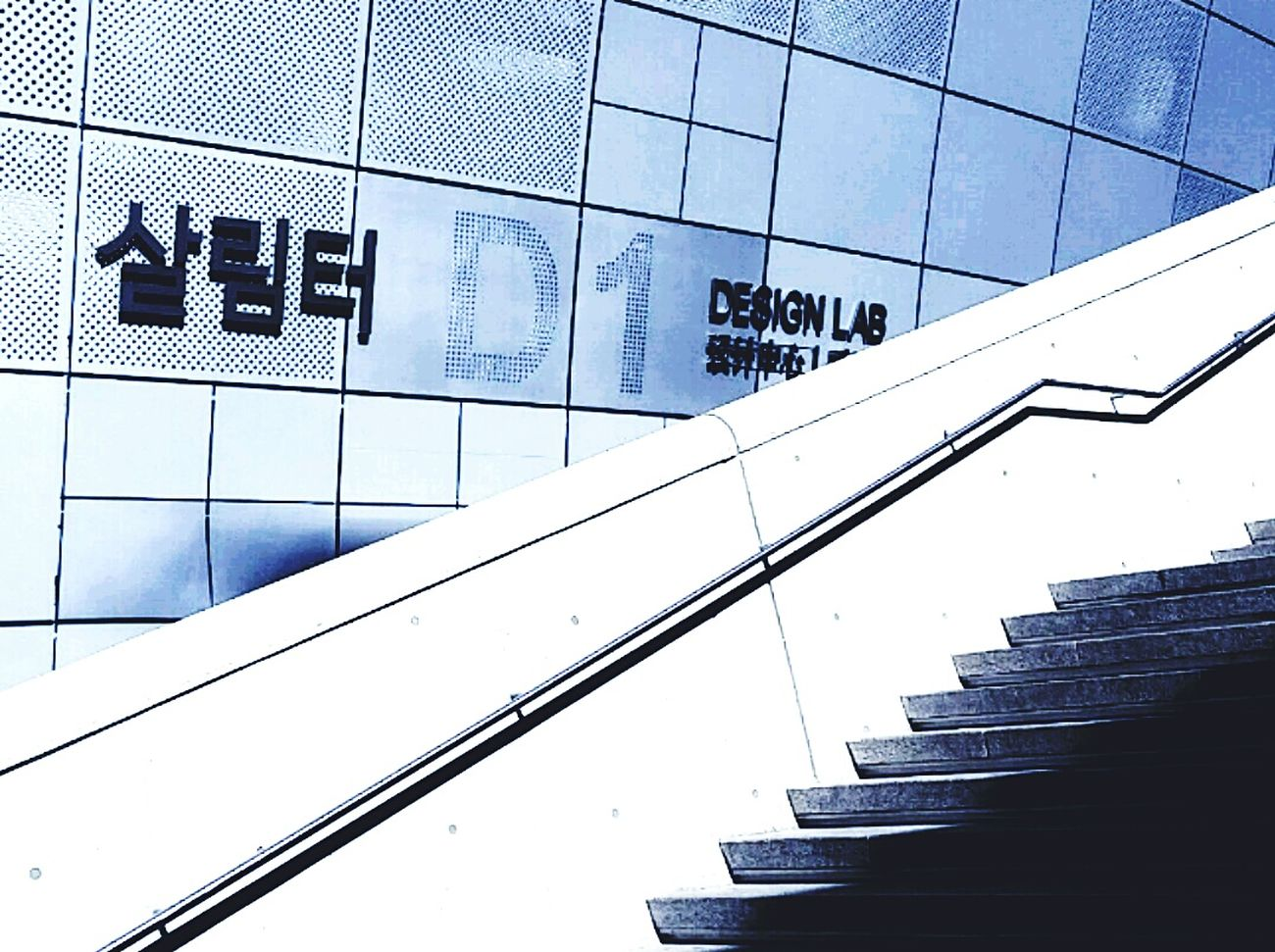 Architektur & Kunst & ne schicke Treppe in Seoul! Unser Treppenreiseblog www.smg-treppen.de/blog & auf Snapchat fast live dabei sein. www.snapchat.com/add/smgtreppen Metal Architecture No People Staircase Cultures Travel Photography Geometric Shapes Perspectives And Dimensions From My Point Of View Mobilephotography Seoul, Korea Seoul Zaha Hadid Architecture_collection EyeEm Masterclass EyeEmNewHere Stairways Day Stairs_collection