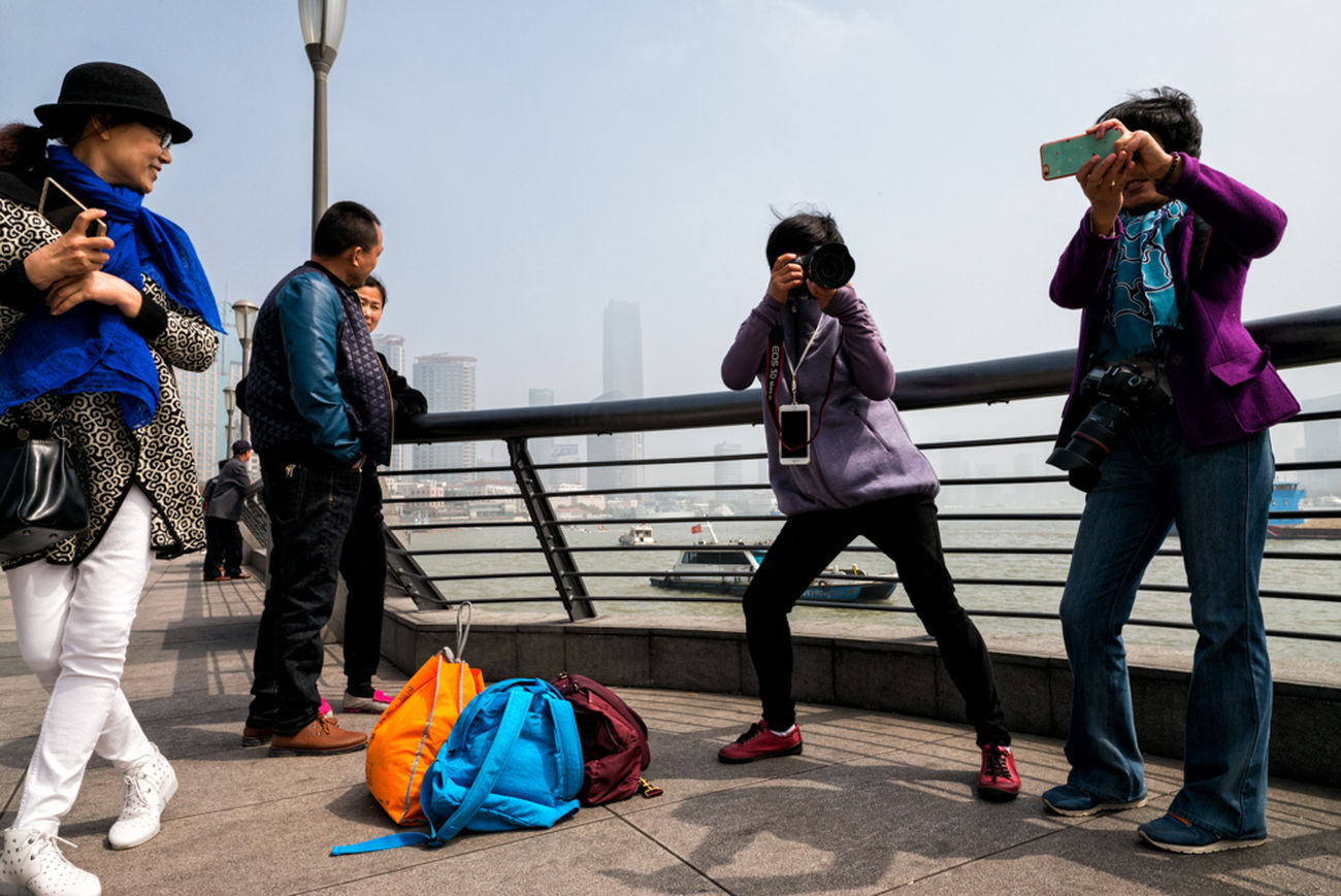 Chinese tourists in action China Shanghai Bund Streetphotography Street Photography Everybodystreet Leicam240 Zeiss 21mm