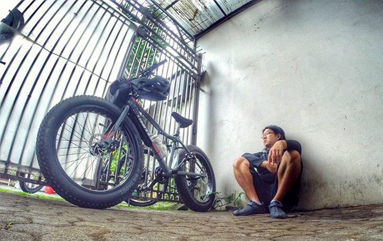 Stranded... Waiting coz of the rain... Bike Bicycle Fatbike United Grind Fatbikeworld Val  2016 Mxl Polarbottle Eibag Reebok Folker Gopro Gopro3plus Goproblackedition Goproeverything Gopro4life Gopro_moment Goprooftheday Gopromoment 😚