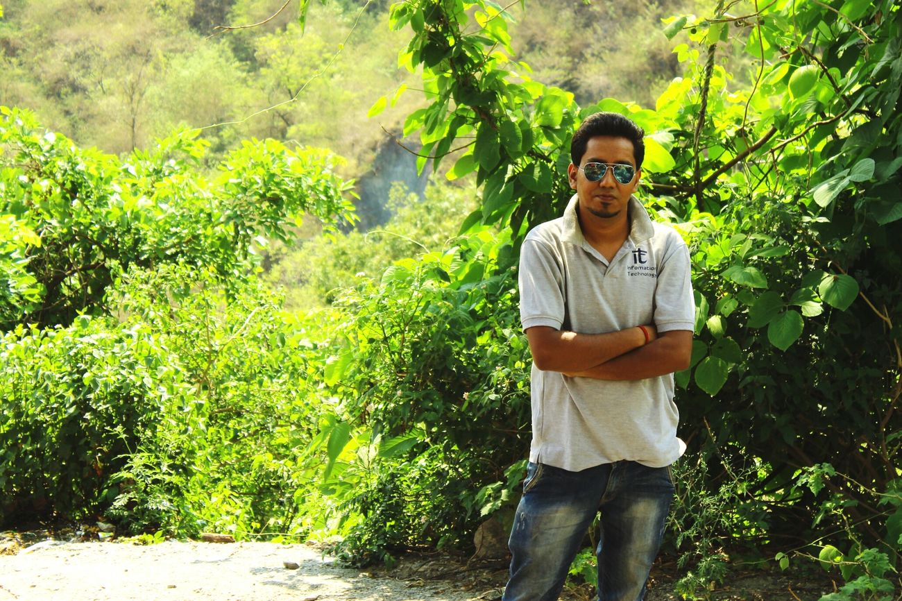 Hillside photography with friends. Traveling Sightseeing Dehradundiaries Dehradun India Hanging Out Naturelovers Himalayas Himalayan Range Uttarakhand