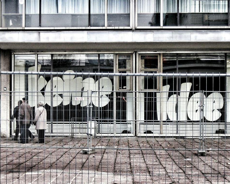 Keine Idee! No idea! Noidea Eye4photography  Streetphotography UrbanPoetry Visual Statements Window Shopping People And Art Streetsofberlin Streetphoto_bw Streetsofberladelphia Cinema In Your Life Urban Romantic Berlinstagram Berlin Mitte DoorsAndWindowsProject