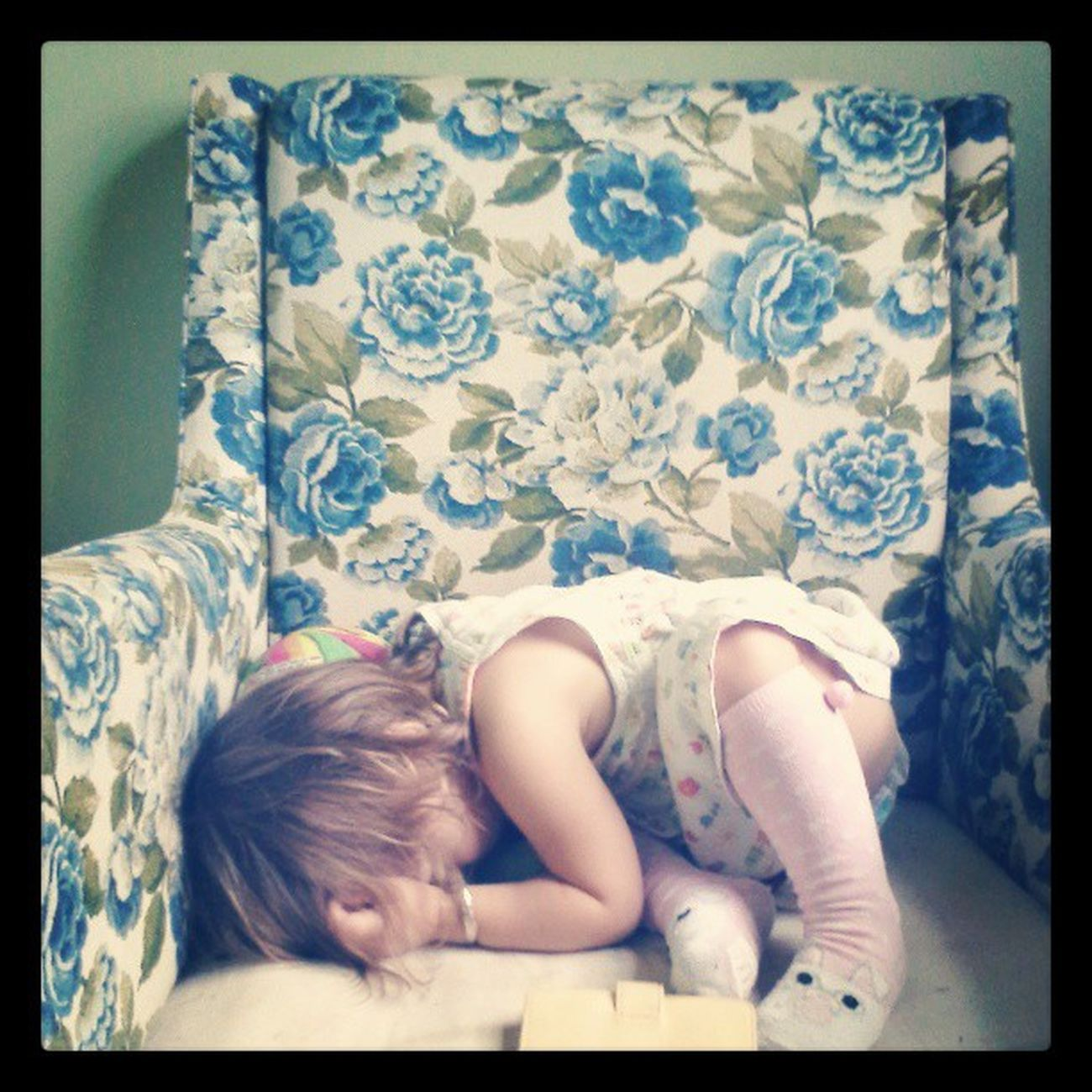 Probably the cutest thing ever.. Found her sleeping like this. :-! Now im gonna steal her n nap with her. Lovemymiah