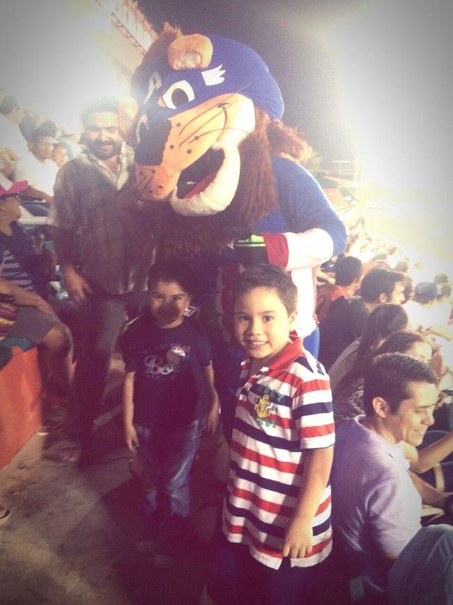 Dos bellos titanes disfrutando del béisbol!!!!!'