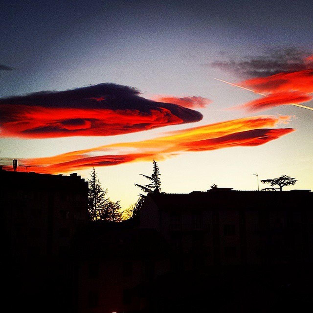 Rivoli Tramonto Luci Sciechimichecherendonorosseevelenoselenuvole Sulvialedeltramontoconladepe Torino Turin Nuvole