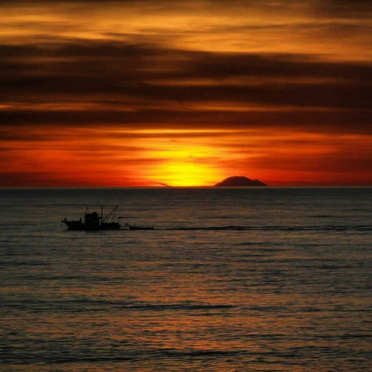 Amen. Milazzo PuertadelSol Sunset Tramonto Sicily Spring Red Sea Fotogrammi Follow Eolie Sun Photoofday Perspective Lfl Pic Moments Fantasticview Amen Beautiful Nofilter Nocrop Valorizziamoci Siciliabedda Terresicule