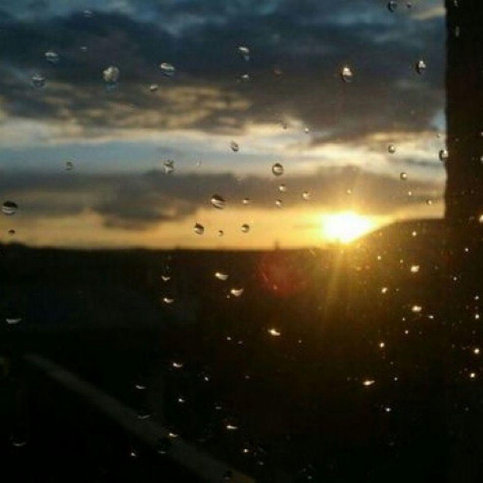 ...se ti dico che è finita la passione, che non ho più bisogno di mille persone, che ogni volta che mi sveglio non ho chiaro cosa voglio... Zeroassoluto Nonguardarmicosì Song Photo sky sun drops rain