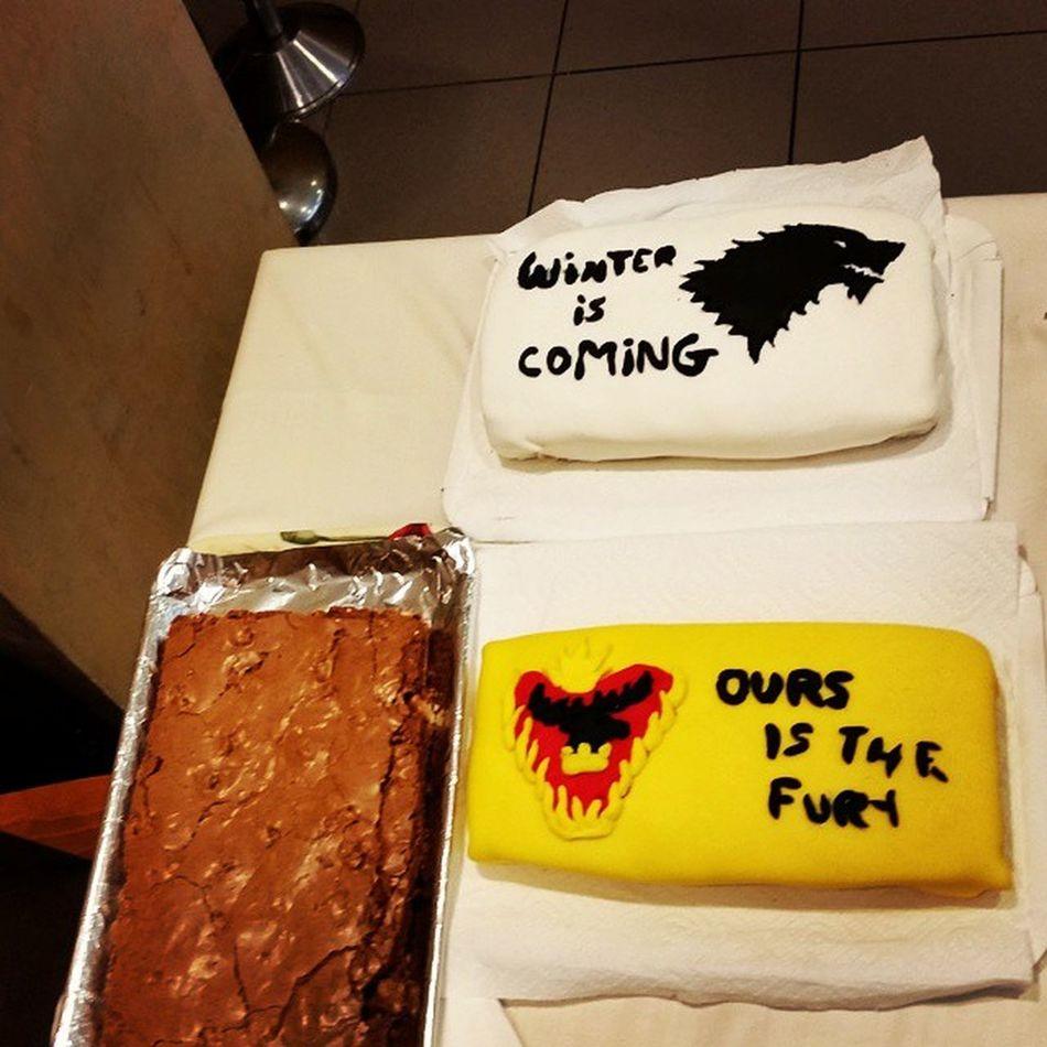 Òbviament gràcies a les pastisseres @moniik_6, @pacufe i Paula Muñoz, per fer aquests pastissos tan sublims. Winteriscoming Oursisthefury Cake Got Gameofthrones Stark Baratheon