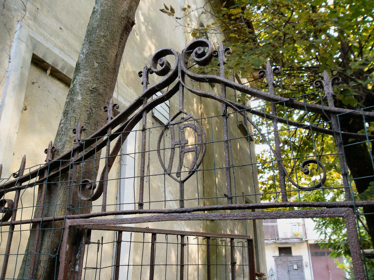 Architecture Building Exterior Built Structure Day Nature No People Outdoors Rampicante Rusted Metal  Secret Place Stone Lions Tree Wrought Iron Gate