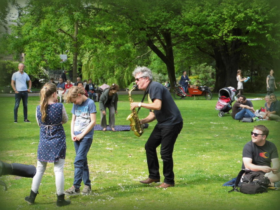 Casual Clothing Day Enjoyment Field Fun Grassy Green Color Leisure Activity Lifestyles Mixed Age Range Music Outdoors Paleistuin Denhaag Park Park - Man Made Space Togetherness Tree