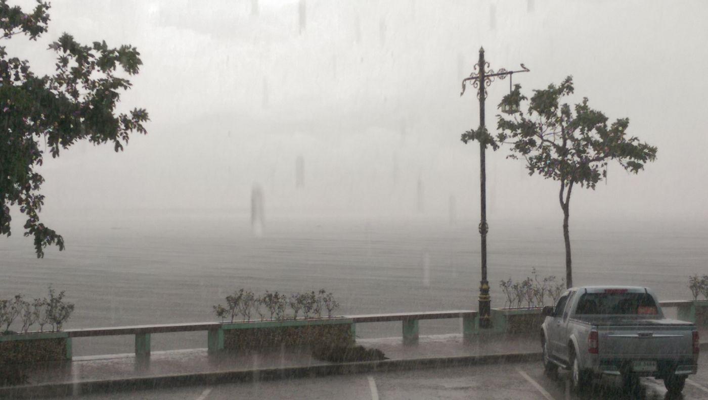 ฝนตกหนัก กว๊านพะเยา มองไม่เห็นอะไรเลย