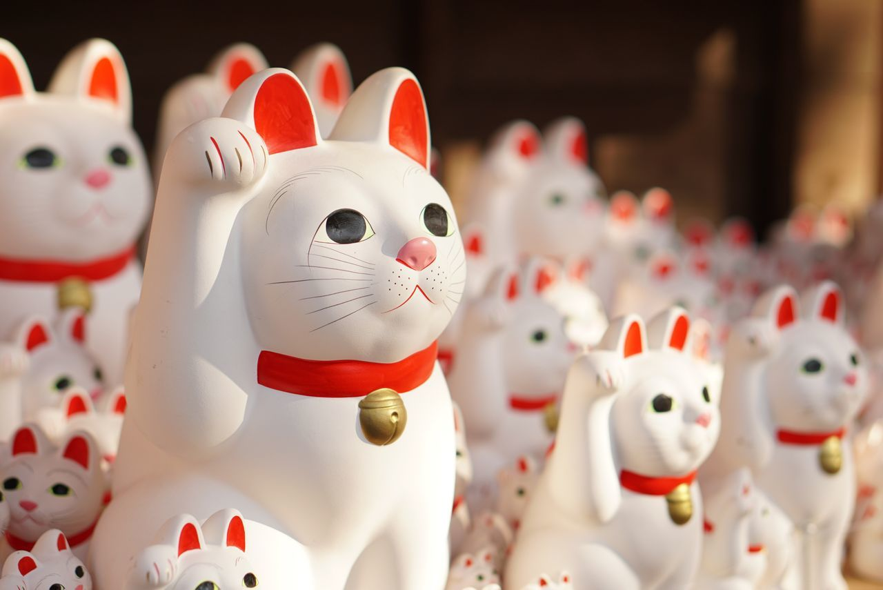 animal representation, white color, for sale, retail, no people, close-up, indoors, store, focus on foreground, figurine, snowman, day