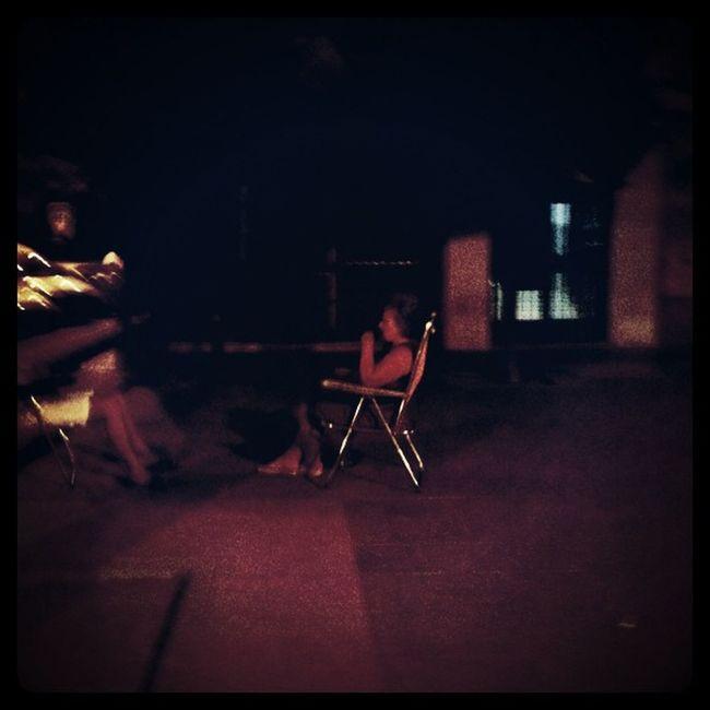 Señoras de marujeo en una calurosa noche de verano en #sevilla Sevilla Sevillania