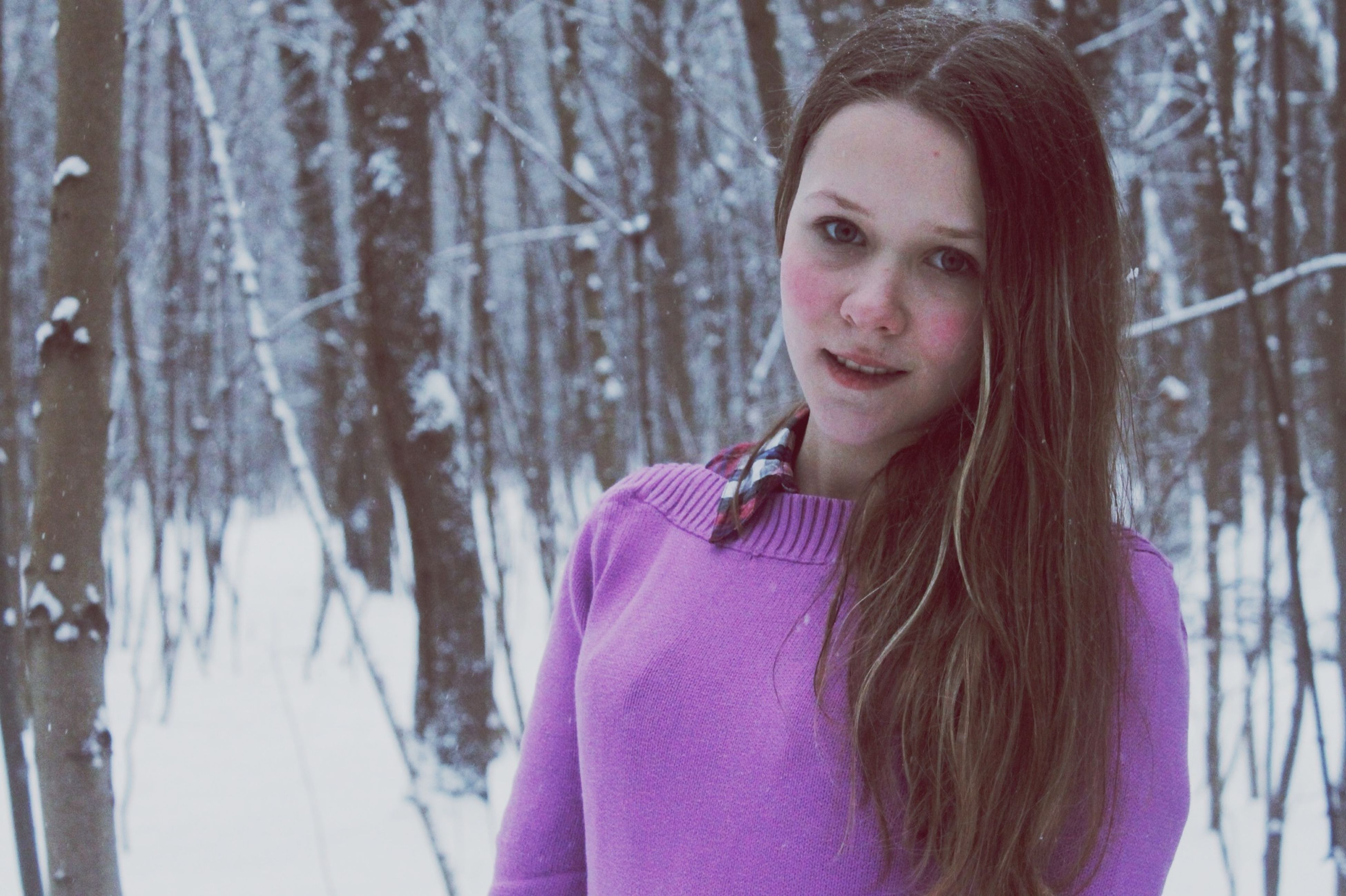 person, portrait, looking at camera, young adult, lifestyles, front view, casual clothing, leisure activity, headshot, young women, smiling, long hair, focus on foreground, tree, brown hair, waist up, happiness