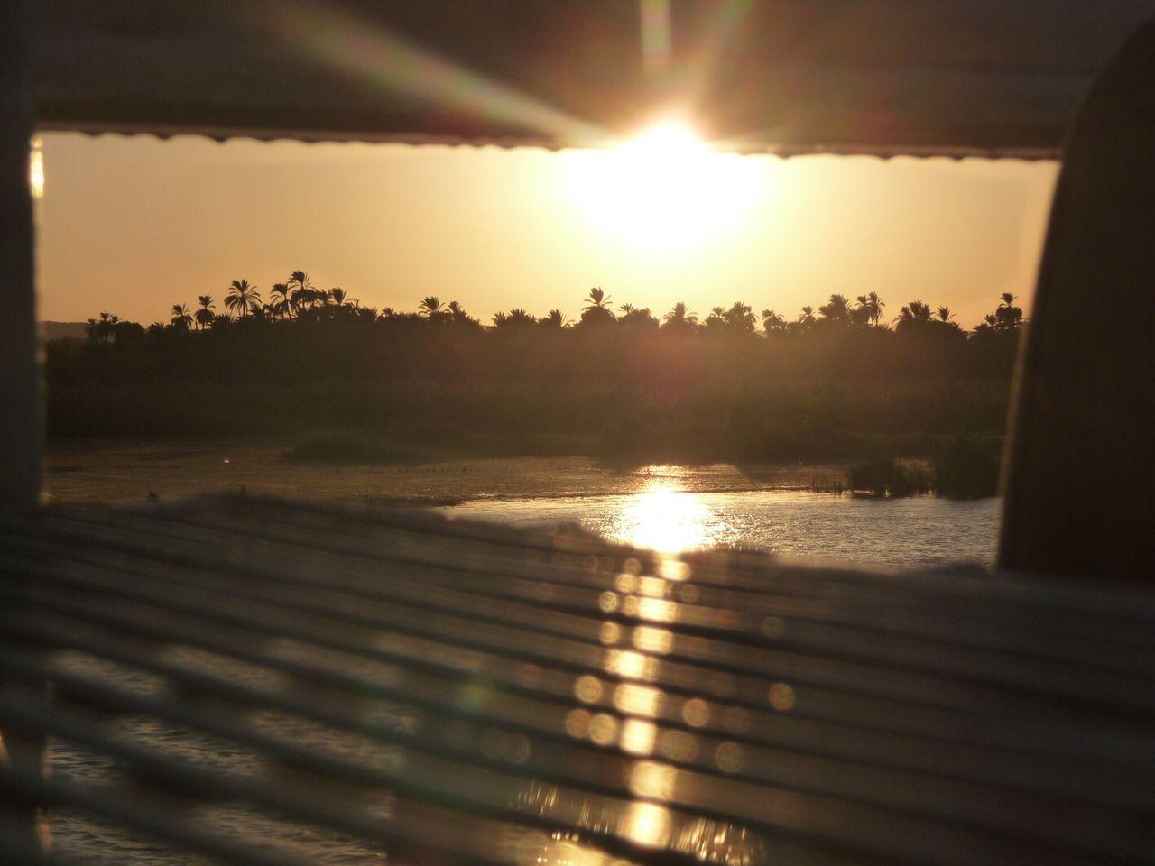 Traveling Home For The Holidays Sun Sunlight Sunset Sky Outdoors Nature Beauty In Nature Nature Coucher De Soleil Exterieur Ciel Spectaculaire Soleil Rayon De Soleil Halo Tranquility Tranquil Scene Lumineux Idyllic Idyllique Orange Color Orange Brilliant Ensoleillé Eclat De Lumiere