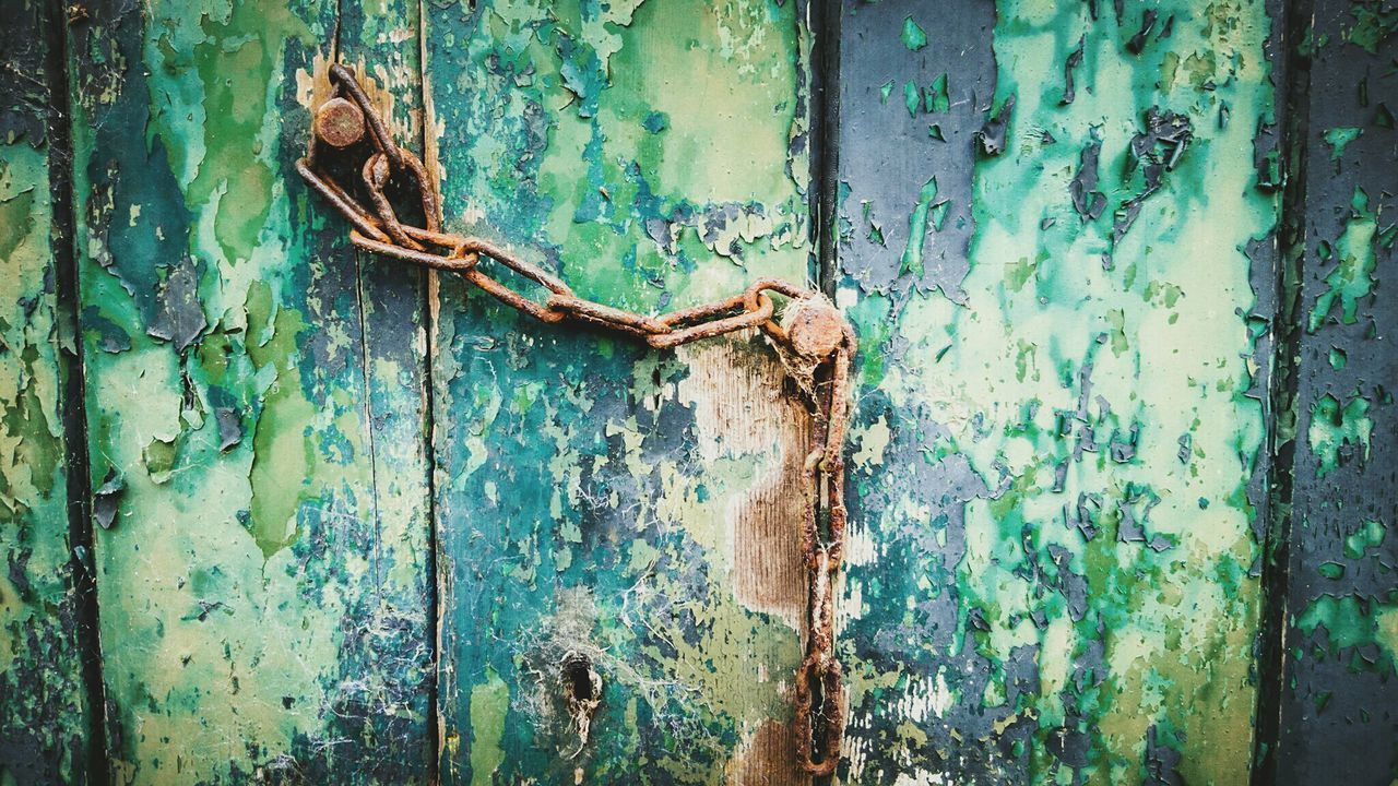 Rusty chain on a old barn door Taking Photos Bad Condition Weathered Oldpaint EyeEm Tadaa Community Chain Green Rusty