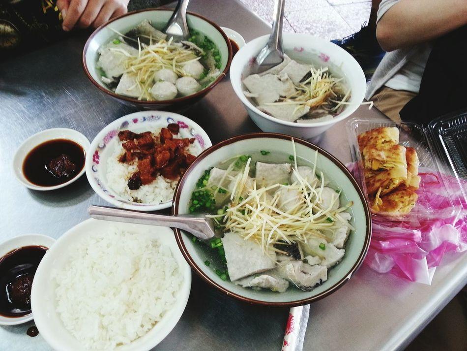 台南人的早餐 本來大夜下班要去補補身體喝牛肉湯,結果沒開,只好選擇隔壁生意超好的魚皮湯,他們家魚皮是魚漿的,跟一般不一樣,太晚來會賣光光,週末也沒魚皮湯 澎湃早餐