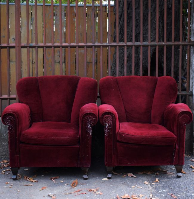 Discovering the city and finding such a piece of art Attraction Autumn Decor Burgundy Chair Finding Furniture Old-fashioned Photo Hunting Photooftheday Red Seat Streetart Vibrant Color