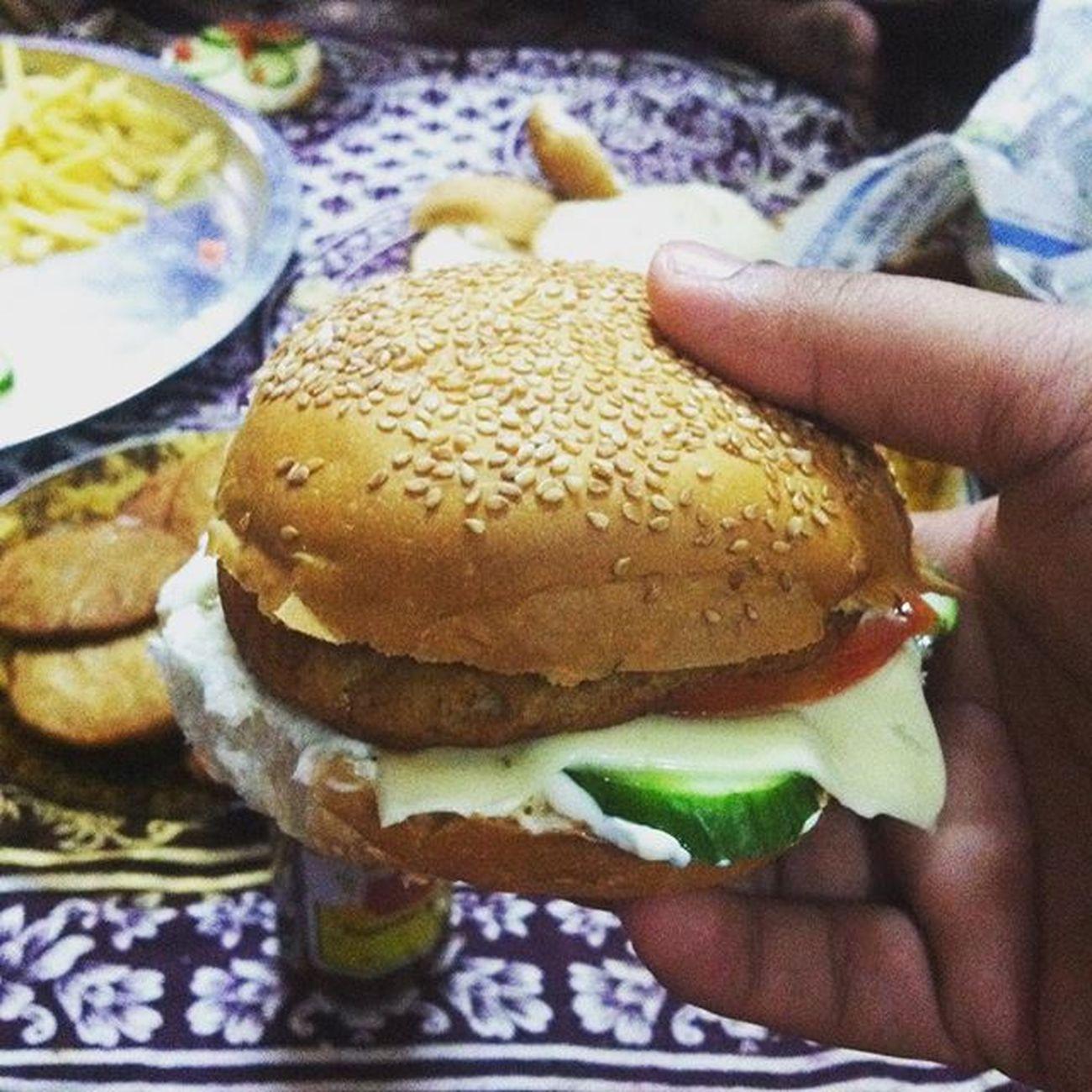 Homecooking Dinnertime Cookingfun Cookingfever Chickenburger Weekends Fridays Dubaiweekends Uaelife Instadaily Instalife Instamood Instadinner VSCO Vscocam Vscodinner