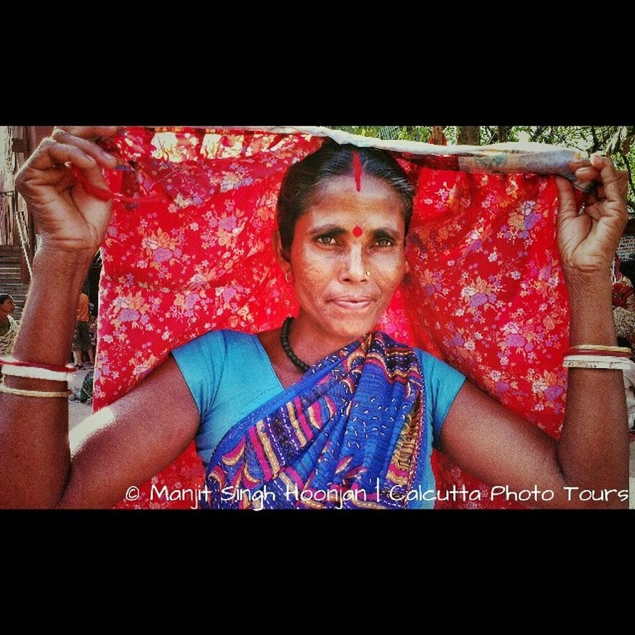 On our Hooghlysflowerfest Tour came across her drying her saree at the ghat. They are Bengalis from Maharashtra ... Off Chandrapur district. On talking to them I found out that they are from Pakistan originally (could not really find more people to confirm whether they meant East Pakistan, as all of them were saying Pakistan) and have been living in Maharashtra for generations. Speaking very native Bangla their Hindi had a Maharashtran touch to it. Many spoke Marathi too. About 700 of them had come to Bengal on a pilgrimage. Fascinating!!! What makes leading these tours the fun they actually are. I want to grow old doing this. But now the sad part. Since my back was acting up I had not carried my camera with me! I kicked myself when I saw all of them there today. Lesson I learned today : Never be without your camera. Incrediblecalcutta whywealllovecalcutta history tradition ethinicgroups stories wow nocamera