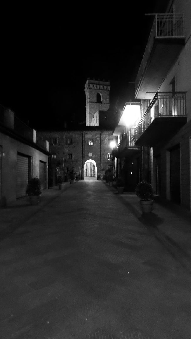 Good night!! Bnw_night Bnw_friday_eyeemchallenge Blackandwhite Urbanexploration Black & White Monochrome Check This Out Here Belongs To Me